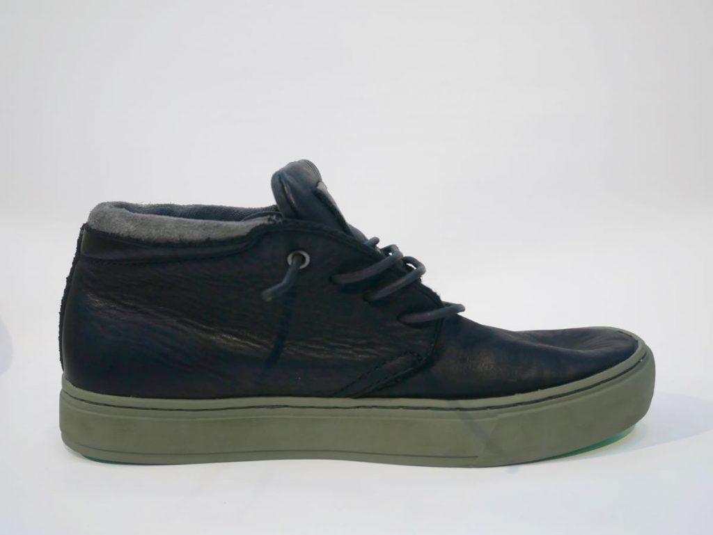 Hoher Sneaker in schwarz